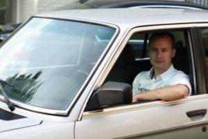 Arjan Lenoir- eigenaar van een BMW 535i uit 1985- had de eer om centraal de staan in het eerste proefproces van de Stichting Autobelangen tegen de staat.