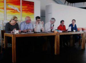 Voor het laatst in actie als voorzitter. Gewapend met microfoon leidt Roelf de Haan nog éénmaal de ledenvergadering. Foto: Erik van Putten
