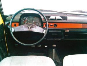 Het tot de facelift in 1979 gebruikte dashboard in de Polo was sober, maar overzichtelijk. Dit is de cockpit van de Polo L. Afbeelding: VW