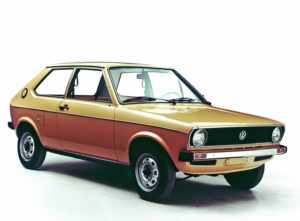 """De VW Polo uit de eerste jaren was het goedkopere alternatief voor de Audi 50. Op de foto ziet u de wat luxere """"L""""uitvoering van de eerste serie. Afbeelding: VW"""