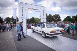 Onder het toeziend oog van de ervaren autojournalisten Bas van Putten en Werner Budding rijdt deze tot in de puntjes gerestaureerde Audi 80 Quattro naar de overwinning in het concours d'elegance toe. Foto: Pon