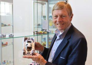"""Gijs van Lennep- de legendarische autocoureur- vervolmaakt de collectie miniaturen in het Louwman Museum met een schaalmodel van de Porsche 917. De racelegende won met deze auto """"Le Mans"""". Foto: NAMAC"""