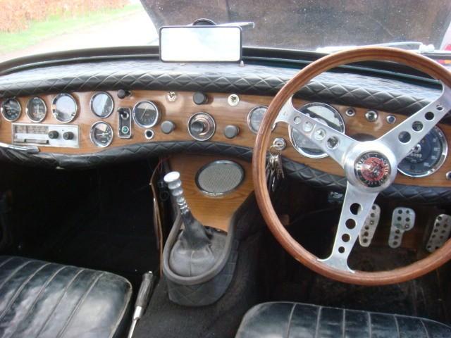 Zo ging dat in die jaren, eerst een leuk stuur, dan een metertje, nog een metertje, nog een metertje en voor je het wist zat het hele dashboard vol. Was kennelijk nog niet genoeg?