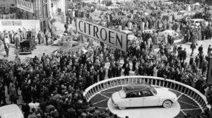 Op CLASSICSNL wordt het 60-jarig bestaan van de Citroën DS geaccentueerd met een draaiplateau: Een prachtige knipoog naar de lancering van de Godin in 1955.
