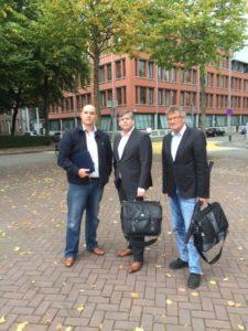 Bart Kouwenhoven, Wouter van Emden en Hans Horwitz maken zich op voor de besloten zitting in Groningen. Afbeelding: Stichting Autobelangen