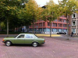 """De Mercedes van Bart Kouwenhoven voor de Groninger rechtbank. """"Niet bedoeld voor voordelig rijden. Een hobby kost geld."""" Afbeelding: Bart Kouwenhoven"""