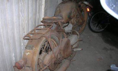 Een vergeten motorfiets in een schuurtje