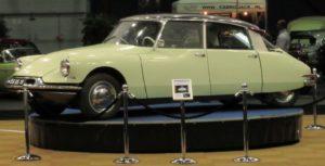 60 jaar DS. In Leeuwarden werd met deze DS op het ronddraaiende plateau een knipoog gegeven naar de introductie van 1955. Foto: Erik van Putten