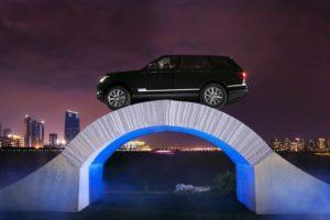 Uniek en nog nooit vertoond. Deze Range Rover rijdt over een volledig papieren- en niet verlijmde of verschroefde- brug. Het is de start van de viering van 45 jaar Range Rover. Afbeelding: Jaguar Landrover.