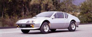 De Alpine A310 V6 is onderdeel van een imposante collectie klassiekers in Parijs. Hij siert de jubileumtentoonstelling met 40-jarige auto's op. Afbeelding: Renault