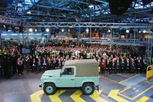 Nach einer Produktionszeit von 68 Jahren lief der allerletzte neue Defender in Solihull von der Band. Mit einer historischen Farbgebung und einer Kapuze aus Canvas. Bild: Jaguar Land Rover