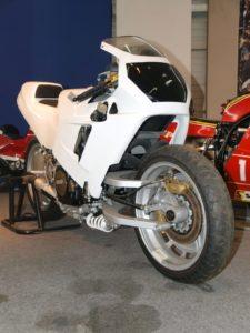 """Eén van de bijzondere aanwezige motoren uit de """"Japan Attacke"""" Sonderschau. De Yamaha FZR 750. Afbeelding: Stefan Knittel/Messe Bremen"""