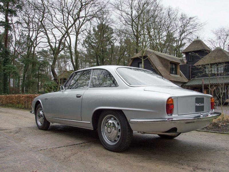 Prins Classics in Nunspeet staat om haar fraaie aanbod bekend. Deze Alfa Romeo 2600 Sprint maakt er op imposante wijze onderdeel van uit. Afbeelding: Prins Classics Nunspeet