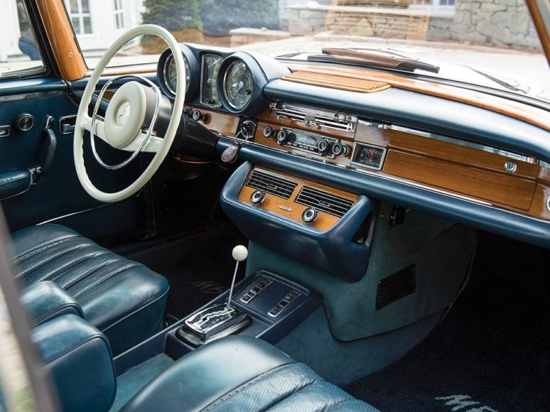 Bijzonder hoogwaardig en smaakvol. Het interieur van de geveilde 280 SE 3.5 Coupé verraadt pure kwaliteit. Afbeelding: RM Sotheby's