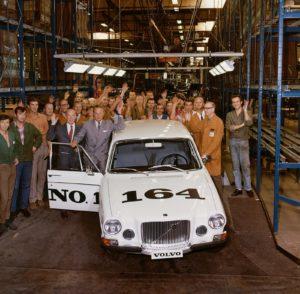 De eerste Volvo 164 loopt van de band. De terugkeer in de zescilinderklasse is een feit. Afbeelding: Volvo