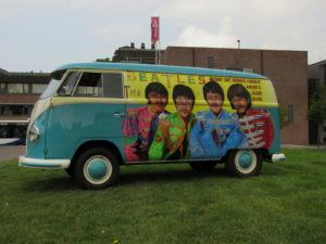 """Een heel bijzondere VW T1 met """"Beatles Bodypaint"""" sprong- net als veel andere luchtgekoelde VW's- tijdens Leeuwarden goes Aircooled in het oog. Afbeelding: Erik van Putten"""