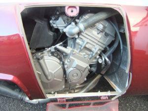 En daar kwam de aap uit de mouw: de standaard gemonteerde motor was vervangen door een Honda 600 cm3 gekoppeld aan een sequentiële vijfversnellingsbak