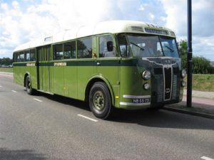 """De tentoonstelling """"Busvervoer toen en nu"""" wordt onder meer opgeluisterd door een Crossley de Schelde, die in de eerste jaren na de oorlog het personenvervoer weer op gang bracht. Dit was nodig vanwege de verwoeste spoorinfrastructuur. Afbeelding: Oldtimerdag Lelystad"""