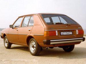 Ondermeer herkenbaar aan de grote achterlichtunits: de facelift versie van de eerste generatie Mazda 323. Afbeelding: Mazda
