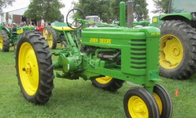 """De trekker of tractor is een belangrijk voertuig voor de landbouw. Dit voertuig kan voor verschillende doeleinden worden gebruikt maar wordt met name toegepast voor het bewerken van het land. Tractor is een woord dat is afgeleid van het Latijnse woord """"trahere"""". Dit woord staat voor """"trekken"""". De tractor is voornamelijk bestemd voor het verplaatsen van objecten die zelf geen aandrijving hebben. Een tractor kan worden gebruikt voor het trekken, slepen en duwen van objecten. Tractors hebben in feite in de landbouwmechanisatie de rol van trekdieren en lastdieren overgenomen."""