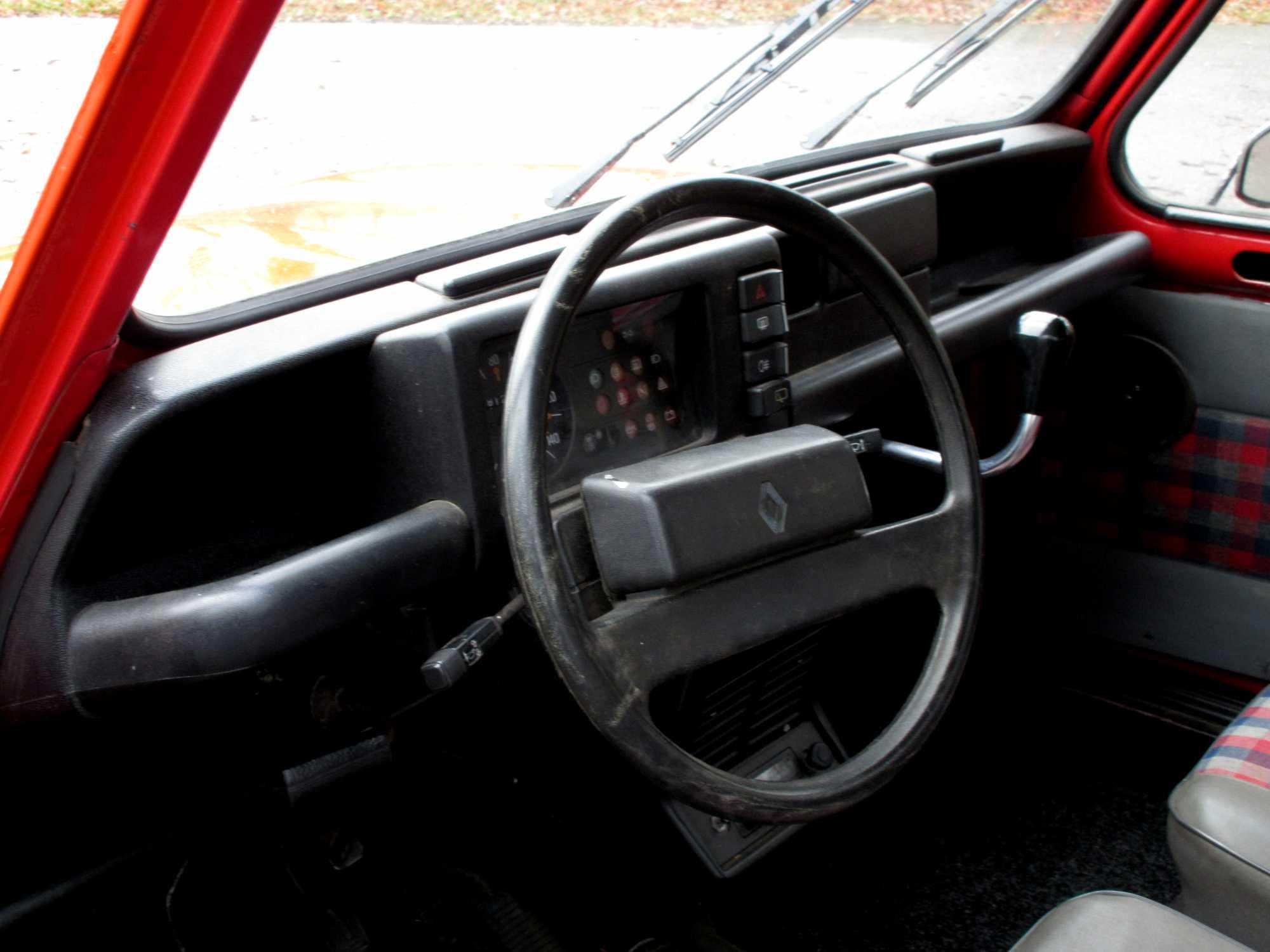 Rijden met de renault 4 een lach op het gezicht auto for Klassiek interieur kenmerken