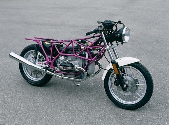 >>>>>>>>>>>>>>>>>>>>>>>>>> Een Ducatitank dus De oproep 'wat voor tank is dit?' heeft een antwoord opgeleverd. De tank heeft ooit op een Ducati Indiana 650- of 750 gezeten. En dat was een ding wat als motor bekend was, maar dat hier ewffectief uit het collectieve geheugen was gebannen. Omdat het bij ons eerlijke weten de enige lelijke Ducati is die er ooit gemaakt is.