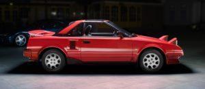 """Hoewel Toyota het van de stabiele massa moet hebben, doet het bedrijf soms iets onverwachts speels. De middenmotor sportwagen MR2 is zo´n verantwoorde uitspatting. Het leven van de MR2 begon in 1976 toen Toyota een ontwerpproject startte met als doel de productie van een wagen die leuk was om mee te rijden, maar toch een beschaafd brandstofverbruik had. Aanvankelijk was het doel niet eens om een echte sportwagen te maken.Maar dat is de MR2 in de meest zuivere zin toch geworden.De MR2 is een feestbeest voor elke stuurman en technisch is hij hoogst betrouwbaar. Maar er zijn wel wat aandachtspunten De Toyota MR2 De Toyota MR2 is een tweepersoons, motor in het midden liggend, achterwiel aangedreven sportwagen ontwikkeld door Toyota en is gebouwd tussen 1984-1989. In het Frans klinkt de naam MR2 als est merdeux. Vanwege de associatie met het woord """"merde"""" (´stront´) werd de auto daar enkel verkocht onder de naam MR. In het Engels wordt de MR2 vaak """"Mister Two"""" genoemd. Het is een publiekelijke misvatting dat de MR2 door Lotus werd ontwikkeld en door Toyota werd gebouwd en verkocht. De MR2 was ontwikkeld door Toyota waarbij Lotus-ingenieur Roger Becker betrokken werd voor de ophanging en wegligging. Door zijn midden/achter motor en kleine afmetingen, wordt de MR2 vaak vergeleken met meer exotische sportwagens. Serieus aankoopadvies in het februarinummer van AMK Want het aanbod is kwantitatief indrukwekkend. Kwalitatief zijn er echter zo links en rechts wel wat dingen te noemen die de eigenaar na aanschaf beduidend minder blij kunnen maken. Een groot deel van het aanbod (op Internet) betreft technisch en-of cosmetisch verknoeiden en-of verwaarloosde exemplaren. Wij hebben het over de eerste serie van 1984-1989, de AW10-AW11 reeks. Die MR2's reden, eigenlijk net zo als de grote exotische sportwagens uit hun tijd. En de gebruikte krachtbron was de eerste in massa geproduceerde vierklepper. Aart van der Haagen zette het hele verhaal voor u op papier."""