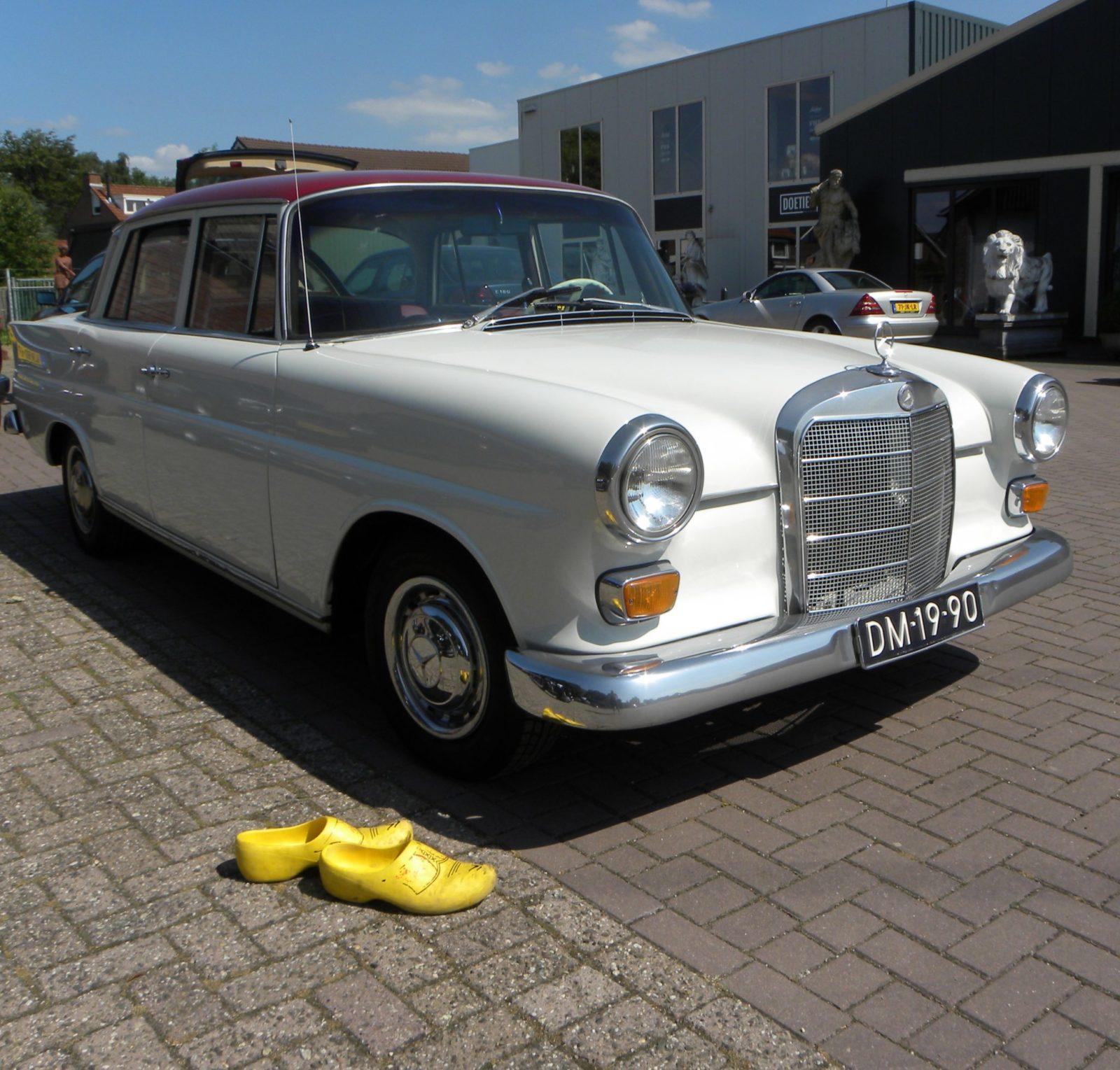 Onder de kap gekeken: een Mercedes-Benz 200 motorruimte