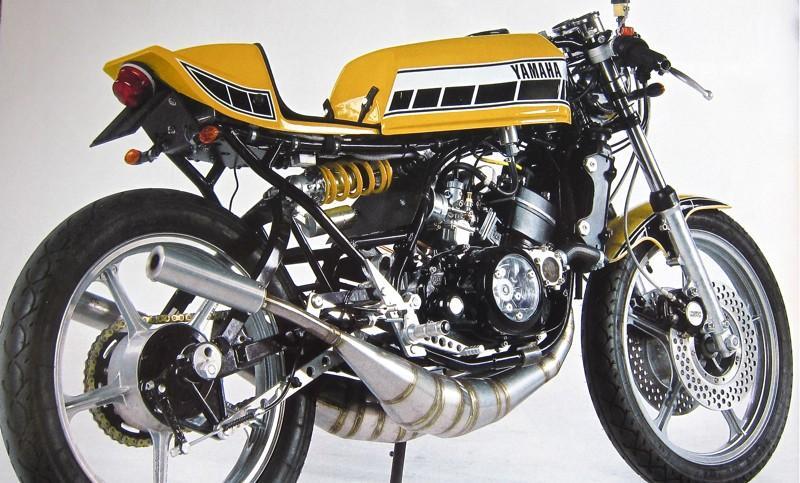 De seventies waren de topjaren uit de korte geschiedenis van de tweetakten. Aan het eind van die periode, in 1979, introduceerde Yamaha de ultieme tweetakt street fighter: de RD 350 LC (199-1983) Dat was de opvolger van Yamaha's luchtgekoelde tweetakten, de RD350 en RD400 Intussen is zo'n LC al een echtecult fiets geworden en goede, originele exemplaren worden schaars en stijgen in prijs. Veel LC's hebben op circuits gerend. Dat heeft ze doorgaans een hard leven laten lijden waarbij er al voor de start allerlei dingen afgeschroefd (en weggegooid) werden. Door strak bochtenwerk en schuifpartijen vielen de uitlaten ook onder de noemer 'slijtagedelen'. Maar let dus goed op oud zeer bij de aanschaf van een LC. Technisch gesproken zit zo'n LC goed in elkaar. Als het eens mis gaat, dan is dat op de bekende tweetaktmanieren: vastlopers of gaten in de zuigers. Vervanging van onderdelen 'boven de gordel' is daar dan nog steeds de oplossing. En oh ja: kijk even wat er waarom mis is gegaan. Krukasproblemen waren tot voor kort van een andere orde. De krukas is niet te reviseren en moet in geval van ellende vervangen worden. Daar zag Yamaha de onderdelen heel zuiver als verdienmodel. De drijfstangen en big end lagers zijn nog wel gewoon te vervangen. Intussen zijn e een paar specialisten die zo'n krukas wel aan een tweede leven kunnen helpen. DE LC wordt vaak gezien als een wegracemachine in burgerkleding. Dat is hij niet. Het karakter van het motorblok is er te beschaafd voor. De LC is veel meer de optische uitkristalisering van hoe een snelle tweetakt er uit moet zien, dan een hyper nerveus renpaard. Het is een fel en snel stuk speelgoed waarmee ook gewoon gereden kan worden. Onder de 5500 tpm is de RD350LC een prettig rijdende motor. Daar boven verhard het uitlaatgeluid en knalt het blok vanaf 6000 tpm in zijn powerband. 3000 TPM later gaat het vuur onder de frieten weer uit en moet er geschakeld worden om de brand er weer in te krijgen. Op zo'n manier rijden is motorrijden 1