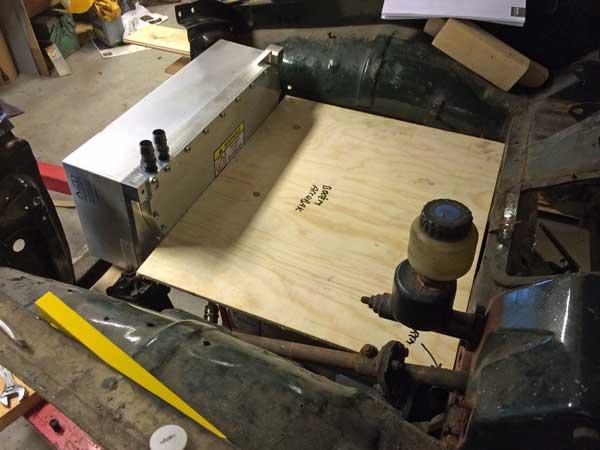 Positionering controller vooraan en ruimte batterijen bak (houten dummy).