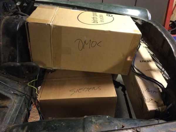 Mockup motor, controller, batterijen met karton.