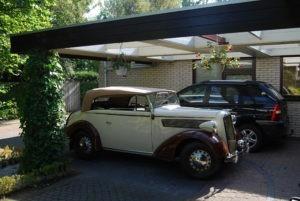 Opel Super Six geparkeerd