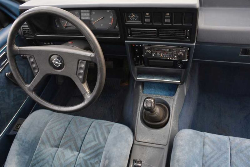 Opel Rekord E2 interieur