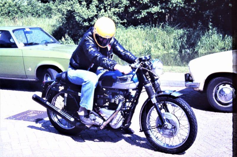 Ab klaar voor een ritje op de Paladijn zonder stuurkuip maar met zijn gele helm