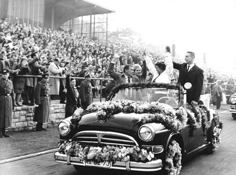 Bundesarchiv Bild 183 B1019 0001 051 Fusballspiel DDR Ungarn Ehrengaste Tereschkowa Gagarin